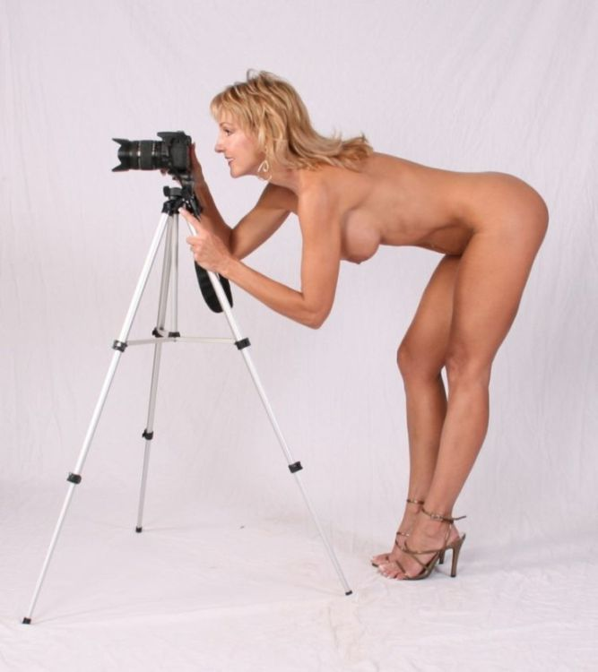 разделась у фотографа онлайн блондинка обслуживает