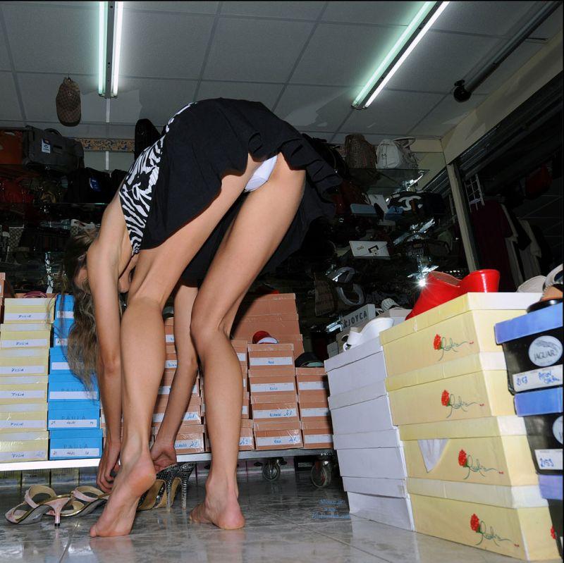 Видео под юбками в магазинах